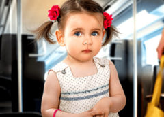Девочка 4-х лет уступила в автобусе место бабашке, а весь салон задохнулся от смеха
